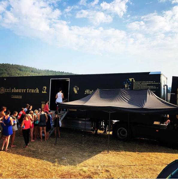 mobilní sprchy na festivalu Votvírák
